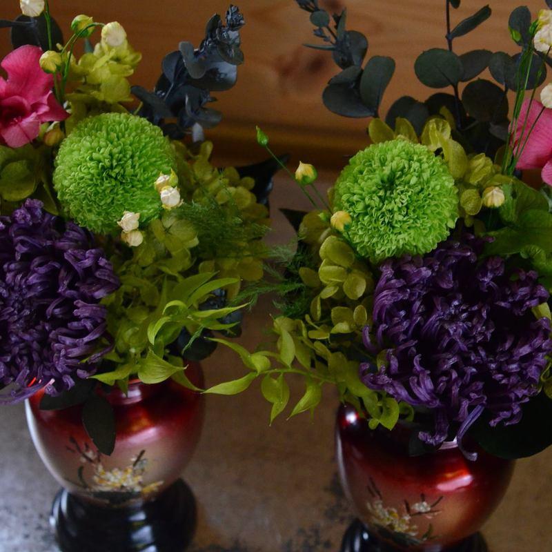 御自宅の仏具を持参し華やかな花でお供え